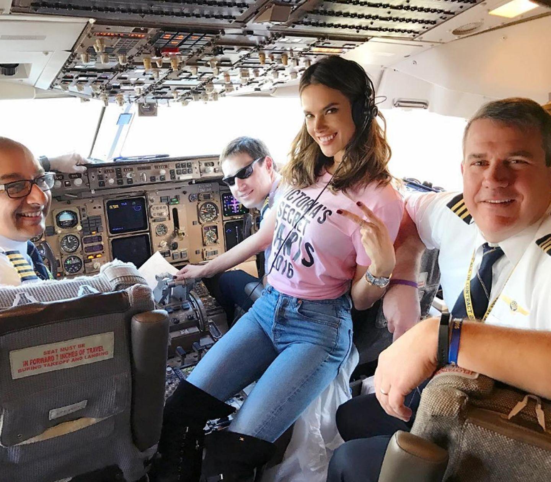 Alessandra Ambrosio macht es sich während des Flugs im Cockpit bequem.