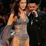 Ups, dieser Moment ist etwas unangenehm: Bella Hadid muss an ihrem Ex The Weeknd vorbeilaufen. Von dem Sänger hat sich das Model gerade erst getrennt. Der wirft seiner einstigen Liebsten beinah sehnsüchtige Blicke hinterher.