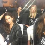 Die Coolsten sitzen immer hinten im Bus: Lily Aldridge, Kendall Jenner und Joan Smalls entspannen vor ihrem ersten großen Fotoshooting.