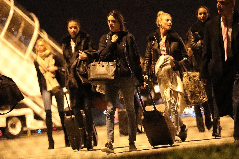 Im Dunkel der Nacht: Drei Tagen vor der Fashionshow kommen die Supermodels um Alessandra Ambrosio und Adriana Lima am Flughafen in Paris an.