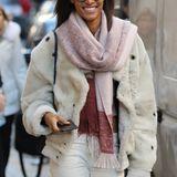 Model Cindy Bruna macht Paris ganz stylisch unsicher. Noch ist sie warm eingepackt, doch demnächst fallen auf dem Catwalk fast alle Hüllen.