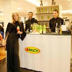 Großartige Cocktails in bester Qualität liefert die Firma Rauch Fruchtsäfte - und Model Charlott Cordes greift nur zu gerne zu.