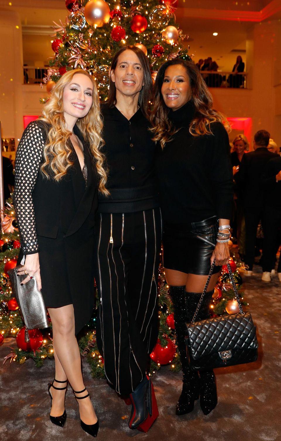 Elna Margret zu Bentheim und Steinfurt, Jorge Gonzalez und Marie Amière genießen ihr Wiedersehen vor dem glamourösen Weihnachtsbaum.