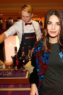"""Schauspielerin Lilli Hollunder besucht bestens gelaunt die Bar von Courvoisier. Die weltberühmte Cognacmarke verwöhnt die Gäste bei der """"GALA Christmas Shopping Night"""" mit kreativen Drinks."""