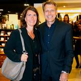 Bestens gelaunt besuchen Cornelia Grefer und Markus Grefer (Puig) das Shopping-Event im Alsterhaus.