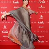 Wow, was für ein Kleid! Musikerin Graziella Schazad wirbelt in ihrem federleichten Traumkleid durch das neugestaltete Alsterhaus.