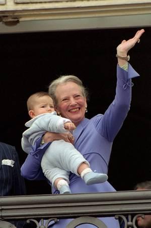 Zu ihrem 60. Geburtstag zeigt sich Königin Margrethe strahlend mit ihrem ältesten Enkelsohn Nikolai auf dem Balkon von Amalienborg. Die Dänen sind entzückt vom kleinen Prinzen, der schon damals immer ein wenig nachdenklich wirkt.