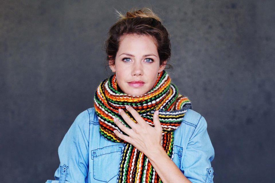 """Felicitas Woll unterstützt die """"Ein Schal fürs Leben""""-Kampagne"""
