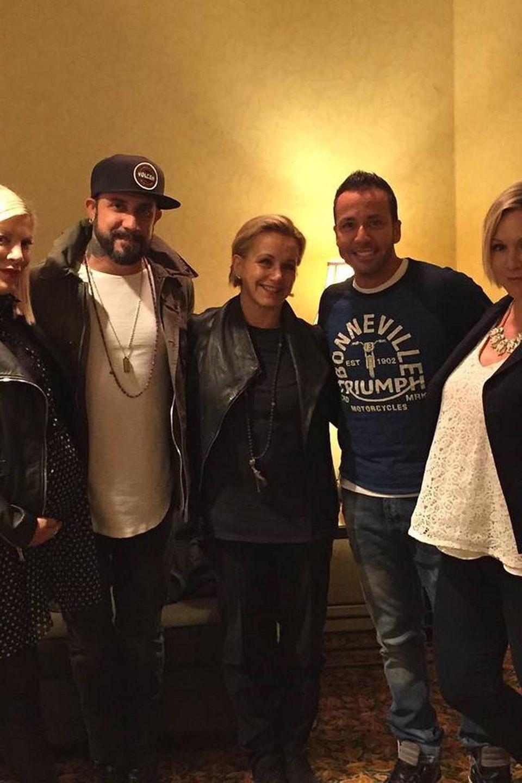 """Beim Treffen mit ihren """"Beverly Hills, 90210""""-Kolleginnen Tori Spelling und Gabrielle Carteris und Howie und AJ von den """"Backstreet Boys"""" trug Jennie Garth ein weites Oberteil, unter dem sich ein Babybauch verstecken könnte."""