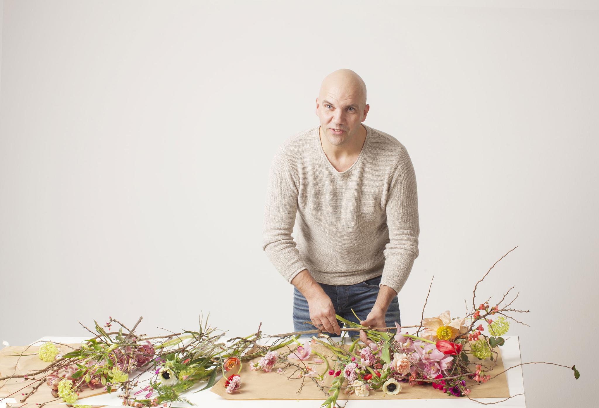 Bloomon-Chefstylist Anton van Duijn erklärt die besten Tipps und Tricks, um Blumen lange haltbar zu machen.