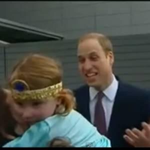 Beim Besuch von Prinz William in Glasgow will ihn eine Vierjährige erst küssen, bekommt dann aber doch Angst.