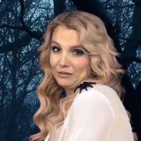 """Screenshot: Britney Spears liest kurz vor Halloween Gruseltext für """"BBC 1"""" unter dem Motto """"It's Britney, witch"""" - eine verkappte Werbung für ihr neues Album, aber lustig."""