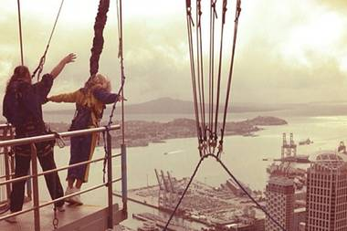 Eine Pause zwischen zwei Konzerten in Neuseeland nutzte Sängerin Beyoncé Knowles für einen Freefall-Sprung. Gleich zweimal stürzte sie sich aus 192 Metern Höhe.
