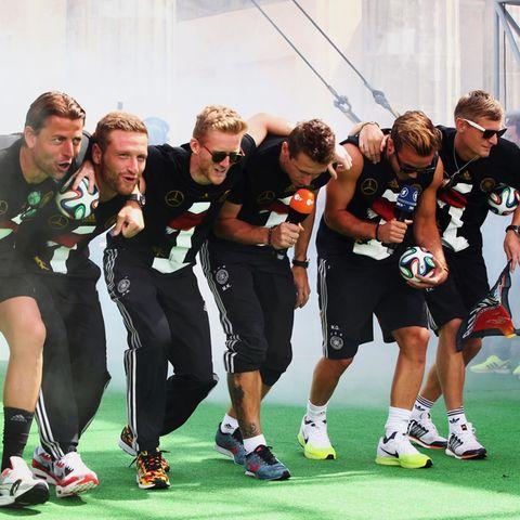 "Roman Weidenfeller, Shkodran Mustafi, Andre Schuerrle, Miroslav Klose, Mario Goetze und Toni Kroos performen den ""Gaucho-Dance"" auf der Fanmeile in Berlin."