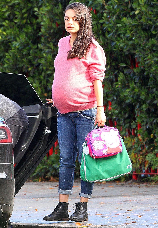 Pretty in Pink: Wie ein lässiger Schwangerschaftslook funktioniert, zeigt Mila Kunis mit einem pinken Sweatshirt, Jeans und Stiefeletten.