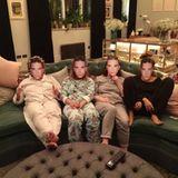 """Während der spaßigen """"Ladies-Night"""" packen Ayda Field und ihre Freundinnen die Robbie-Williams-Masken aus und outen sich so als seine größten Fans. Auf seine Mädels kann Robbie sich eben immer verlassen."""