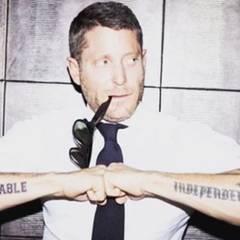 """Unbeugsam und Unabhängig, das bedeutet das Tattoo von Lapo Elkann. Ganz nach diesem Motto, gibt der Milliardär wieder kostenlos Weisheiten an seine Fans weiter. Träumt groß, seid kreativ, zielstrebig und fokussiert, denn """"Impossible is Nothing""""."""