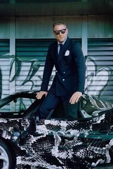 """""""Großzügigkeit ist der Schlüssel für unsere Zukunft"""", sagt Lapo Elkann zu diesem Post. Aber warum dann so ein Foto? Ob er diesen Sportwagen mit Animalprint spenden möchte? Lässig sieht es auf jeden Fall aus."""