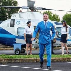 Mit diesem Foto gibt Lapo Elkann gleich Lebensweisheiten an seine Fans weiter. Egal was ihr macht, macht es mit Stil und Eleganz, denn die Details entscheiden über den Unterschied. Na dann, legen wir uns alle einen Hubschrauber passend zu unserer Kleidung an.