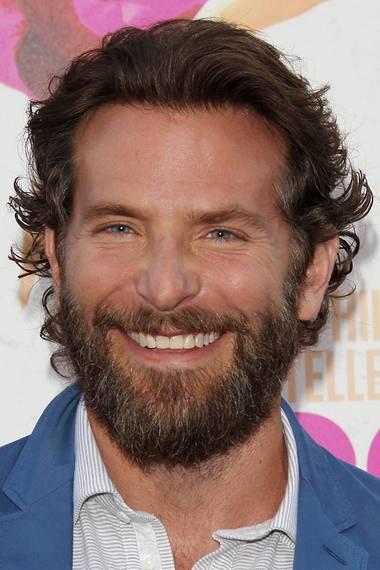 """Schauspieler Bradley Cooper zeigt bei der Premiere von """"War Dogs"""" im TCL Chinese Theatre in Hollywood, dass ihm auch ein Vollbart steht."""