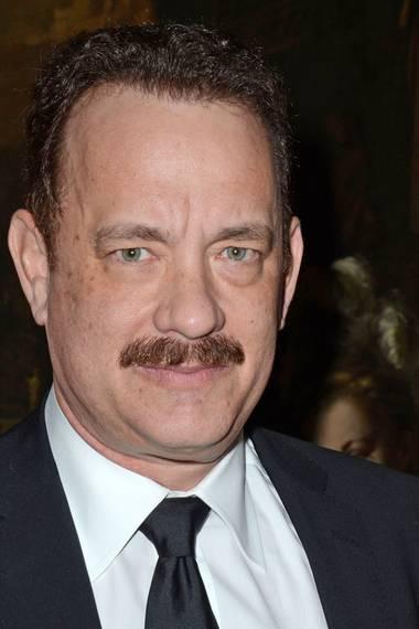 Der Gelegenheits-Bartträger Tom Hanks lässt sich derzeit einen dunklen Schnäuzer stehen, der jedoch nicht ganz gleichmäßig gewachsen ist.
