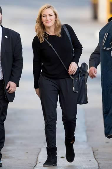 Auf dem Weg zur Show von Jimmy Kimmel zeigt Kate Winslet dann das Gegenprogram: schwarzer Pullover, gemütliche Hose und Boots.