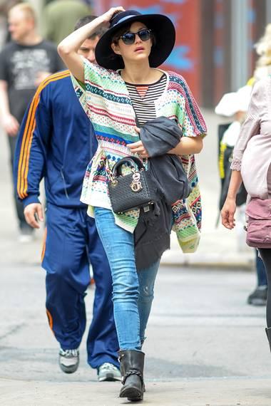 Fröhliche Farben und Muster trägt Marion Cotillard auch in ihrer Freizeit gerne.
