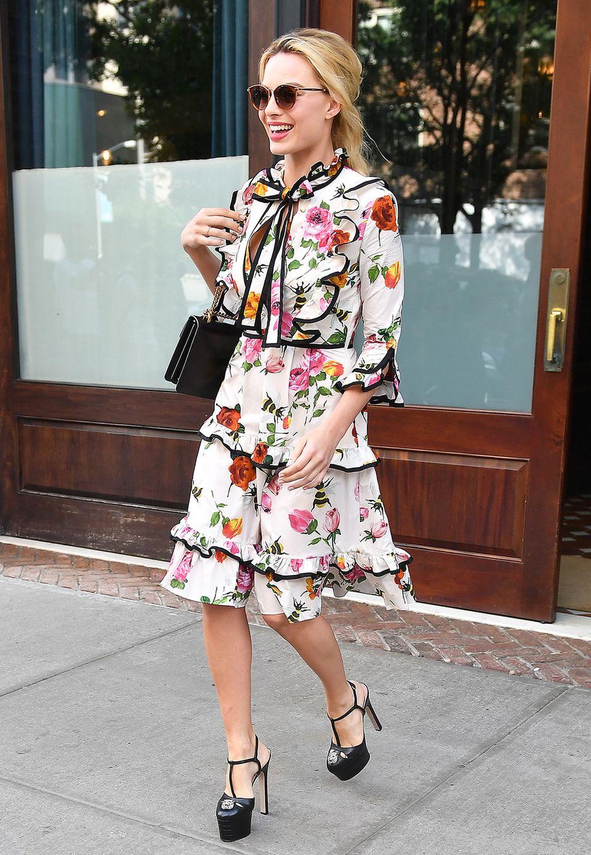 Einige Stunden später zum Besuch einer TV-Show in New York sieht Margot Robbie schon ganz anders aus! Mit dem romantisch-floralen Rüschenkleid zu stylischen Plateau-Heels präsentiert sie tollen Sommer-Glamour.