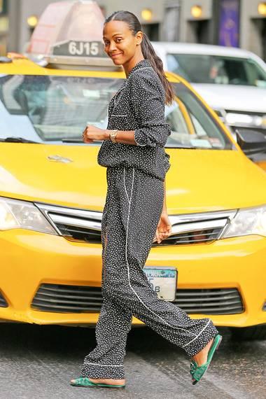 """Auf Promo-Tour für neue Filme ziehen sich Schauspielerinnen oft mehrfach am Tag um. Zoe Saldana, die gerade für ihren neuen """"Star Trek""""-Film Werbung macht, startet sie ganz langsam und vollkommen ungeschminkt im sympathischen Pünktchen-Pyjama-Look."""