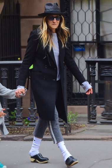 Tagsüber hat Sarah Jessica Parker einen eher gewöhnungsbedürftigen Look. Sie mag es gerne unkonventionell und weit geschnitten. Die Sportsocken mit den Clogs sind sehr verwirrend.