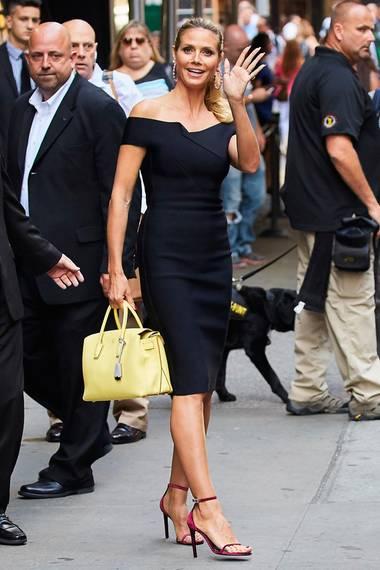 """Wenn Heid aber vor der Kamera steht, zeigt sie sich gerne in figurbetonten, eleganten Outfit. Das kleine, schulterfrei Schwarze, kombiniert mit hellgelber Hingucker-Bag, präsentierte sie bei einem Auftritt in der TV-Sendung """"Good Morning America"""""""