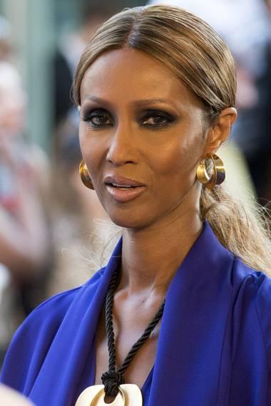 Das somalische Supermodel Iman erkennt man nicht nur seit Jahrzehnten an ihrem markanten Namen, der ein arabisch-islamischer Begriff für Glaube ist, sondern auch an der scheinbaren Alterslosigkeit der Model-Ikone, die seit 1992 mit Dawid Bowie verheiratet ist. Sie betreibt eine eigene Mode- sowie eine Kosmetiklinie.