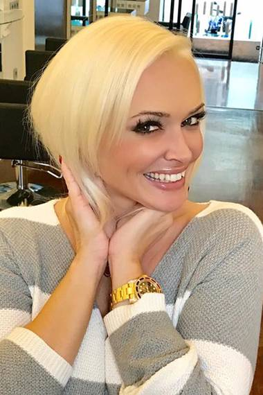 """Einmal alles neu, bitte! So sieht Daniela Katzenberger ohne ihre platinblonden Extensions aus. Auf Facebook schreibt sie, dass sie sich mit neuen Haarverlängerungen """"aufgeräumter"""" fühlt."""