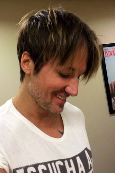 Der neue Haarschnitt macht Keith Urban gleich um eine paar Jahre jünger! Seiner Frau Nicole Kidman dürfte das genauso gut gefallen wie uns.