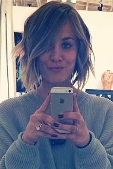 """Nach einem Fake-Bob-Aprilscherz sind Kaley Cuocos Haare nun wirklich ab. Und auf Instagram zeigt sie wie glücklich sie mit diesem """"killer haircut"""" ist."""