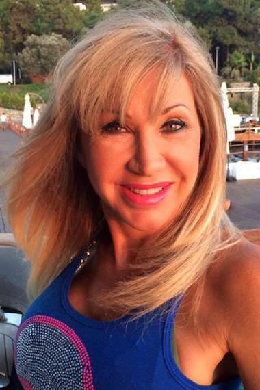 Die Extensions sind raus, die Haare etwas dunkler. Insgesamt wirkt Carmen Geiss' Styling viel natürlicher, und das zeigt sie auch gleich ihren Facebook-Fans.