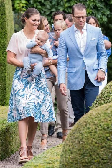 Prinzessin Victoria schafft es auch ohne teures Luxus-Outfit bezaubernd auszusehen. Der florale Rock, farblich perfekt auf das rosafarbene Shirt abgestimmt, stammt von H&M, und die ledernen Plateau-Sandalen von Zara trug sie schon an ihrem Geburtstag wenige Tage zuvor.