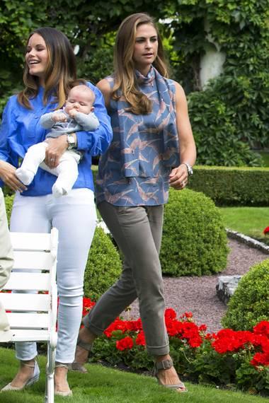 Farblich haben sich Victoria und Prinzessin Madeleine fürs Familienfoto zwar schön aufeinander abgestimmt, aber Madeleines Look kostet doch einige Kronen mehr. Allein die Bluse mit den Kranich-Motiven stammt von Valentino und kostet umgerechnet fast 1500 Euro. So wird sie ihren Ruf als verschwenderische Luxus-Prinzessin nicht los.