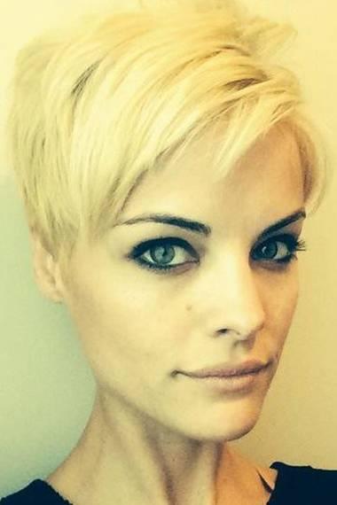 Die Kurzhaar-Frisur ist geblieben, doch Jaimie Alexander veränderte erneut ihr Haar: Aus dem dunklen Braunton ist ein helles Blond geworden.
