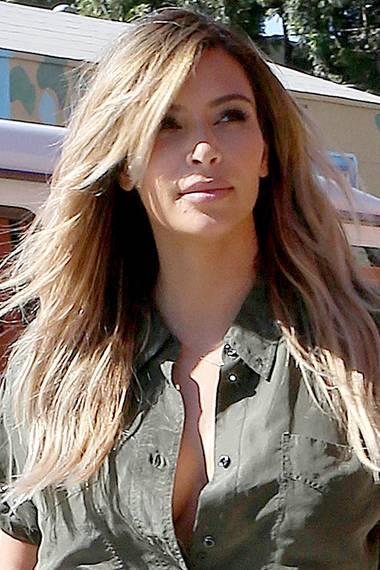 Deutlich erblondet zeigt sich Kim Kardashian nach der Geburt von Tochter North in der Öffentlichkeit.