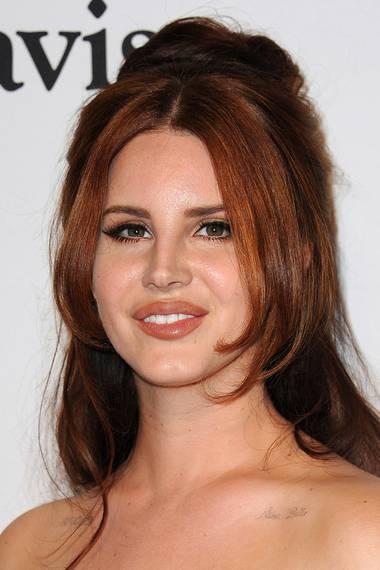 Bislang kannte man Lana del Rey vor allem mit dunklem, rötlich-braunen Haar, das sie romantisch und leicht nostalgisch stylte.
