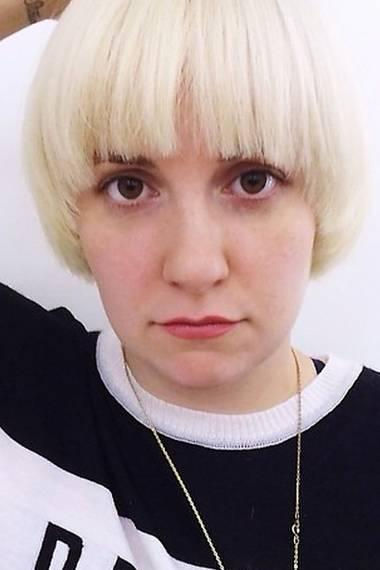 """""""Veränderung ist gut"""" findet Lena Dunham und postet ein Bild von sich mit wasserstoffblondem Mireille-Mathieu-Schnitt."""