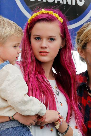 Mit knallpink gefärbten Haaren verwechselt Ava jetzt sicher keiner mehr mit ihrer Mutter Reese.