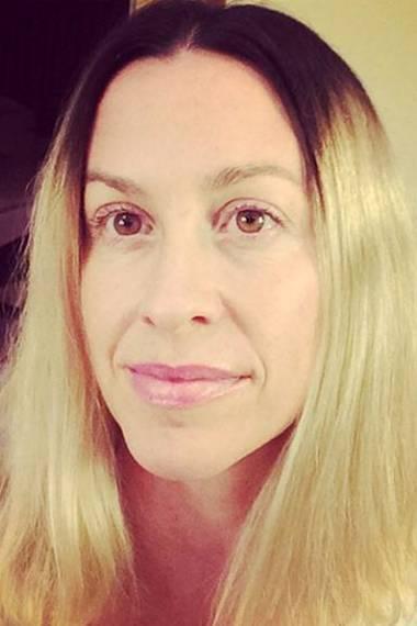 Am Haaransatz ist Alanis Morissette ihrer Haarfarbe treu geblieben. Den Rest hat sie sich jedoch komplett blondiert.