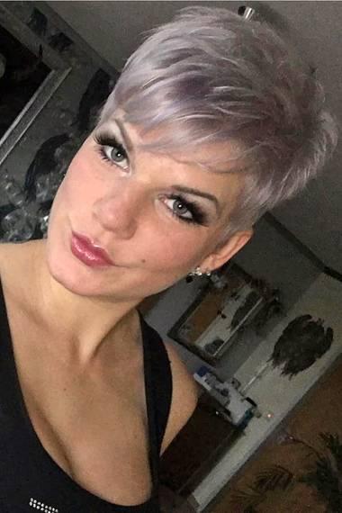 Krasse Typveränderung! Kaum wieder zuerkennen ist Melanie Müller mit dem lila-grauen Short-Cut, den auf ihrem Facebook-Profil präsentiert