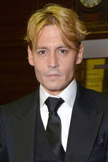 Johnny Depp ist neuerdings erblondet. Das helle Haar und die glattrasierte Gesichtshaut lassen ihn zwar jünger aussehen, aber irgendwie mag man sich an die Haarfarbe nicht recht gewöhnen.