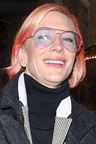 Man hätte sie kaum erkannt: Mit pinken Haaren und einer dazu farblich passenden Brille geht Cate Blanchett in London shoppen.