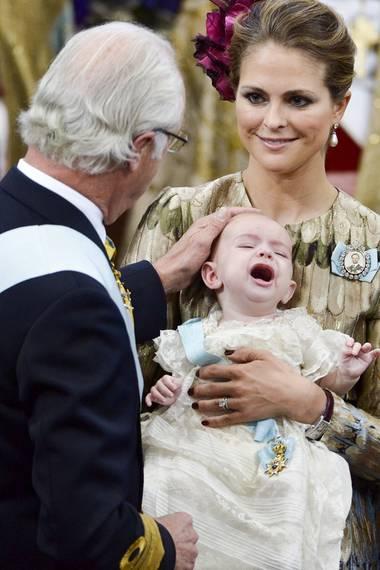 Bei Prinz Nicolas sah es so aus: Der König beim vorsichtigen Anlegen des berühmten Ordens für seinen Enkel.