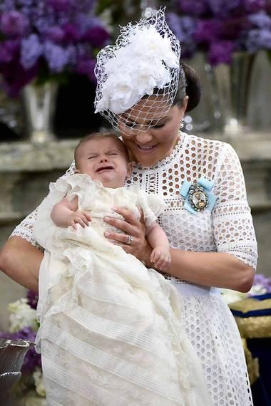 Im Laufe der Taufzeremonie fängt Prinz Oscar ein wenig zu quängeln an.