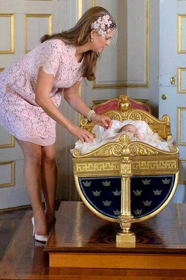 Auch Prinzessin Leonore wird bei ihrer Taufe am 8. Juni 2014 in die Wiege Karls XV. gebettet.